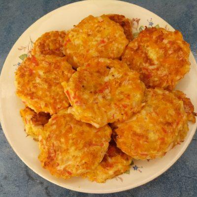Котлеты из крабовых палочек с морковью и сыром - рецепт с фото