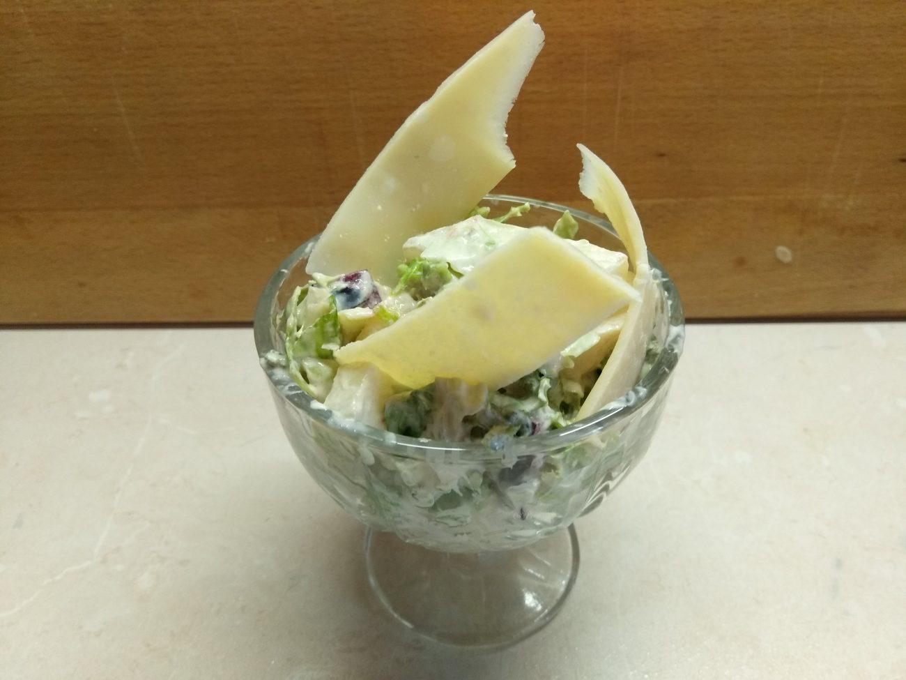 Салат-коктейль с фруктами и сыром