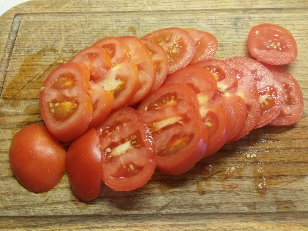 Фото рецепта - Запеканка из цветной капусты с помидорами и колбасками - шаг 2