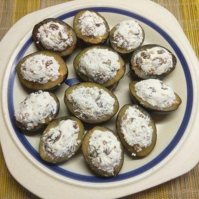 Фото рецепта - Сливы, фаршированные творогом, изюмом и грецкими орехами - шаг 5