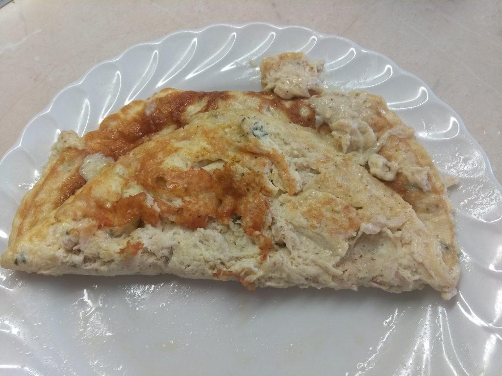 Фото рецепта - Омлет с тунцом и сыром Горгонзолла - шаг 6