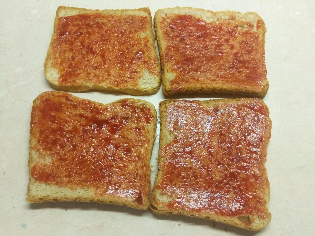 Фото рецепта - Сэндвич с сыровяленой колбасой и сливами - шаг 1