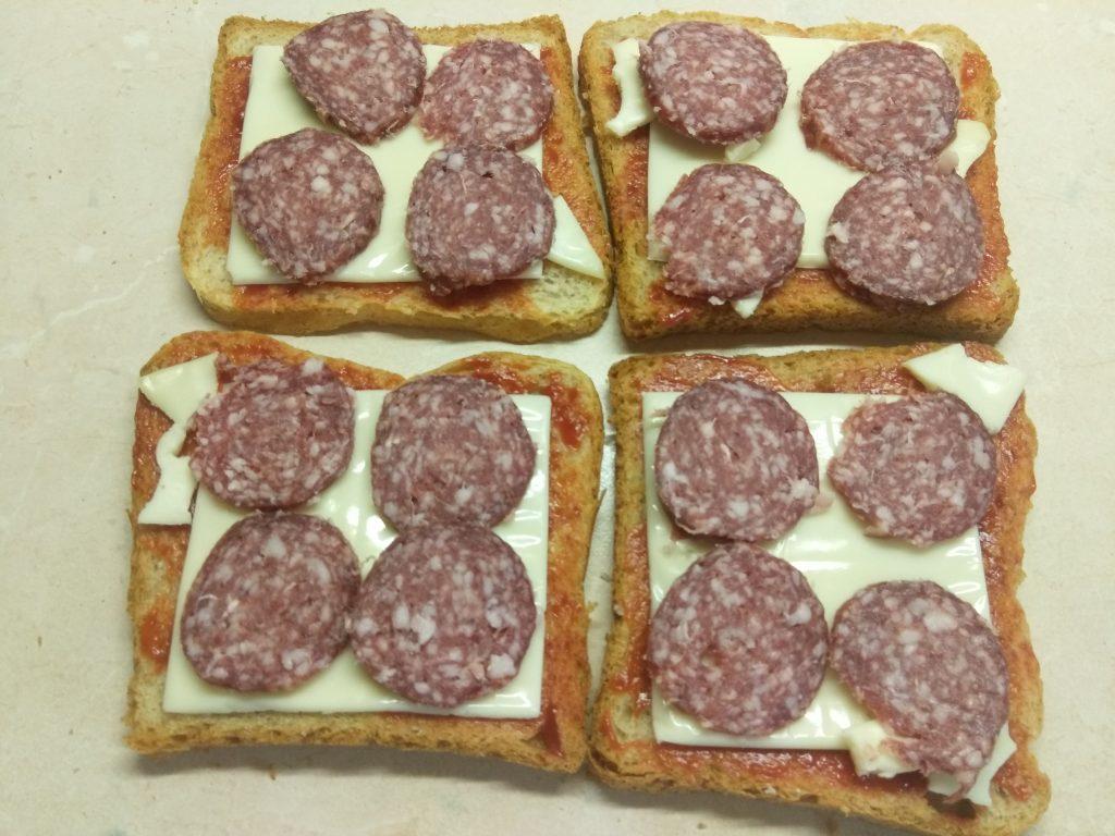 Фото рецепта - Сэндвич с сыровяленой колбасой и сливами - шаг 3