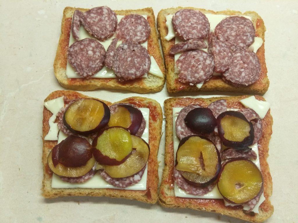 Фото рецепта - Сэндвич с сыровяленой колбасой и сливами - шаг 4