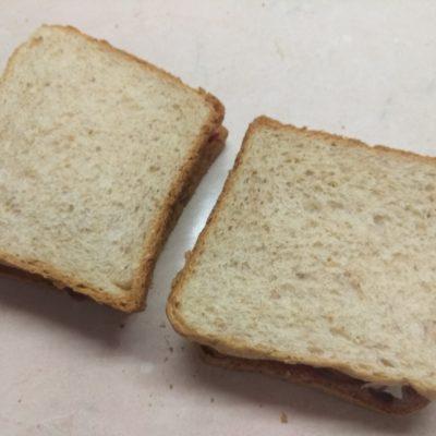 Фото рецепта - Сэндвич с сыровяленой колбасой и сливами - шаг 5