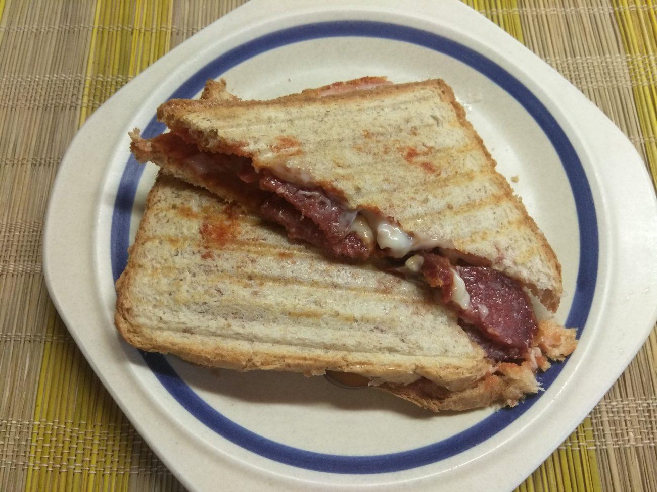 Сэндвич с сыровяленой колбасой и сливами