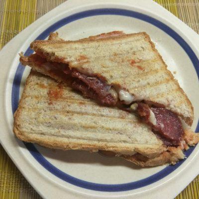 Сэндвич с сыровяленой колбасой и сливами - рецепт с фото