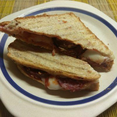 Фото рецепта - Сэндвич с сыровяленой колбасой и сливами - шаг 6