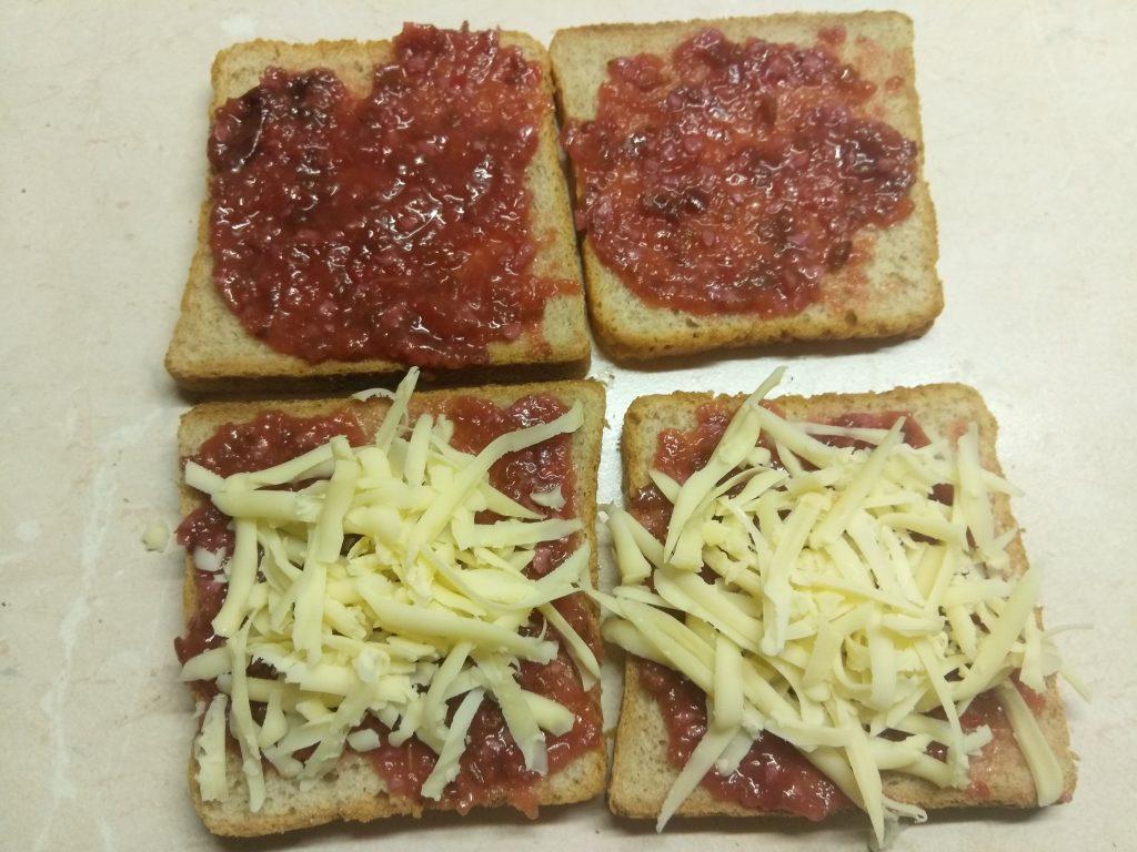 Фото рецепта - Сэндвич с куриным филе, помидорами и двумя видами сыра - шаг 2