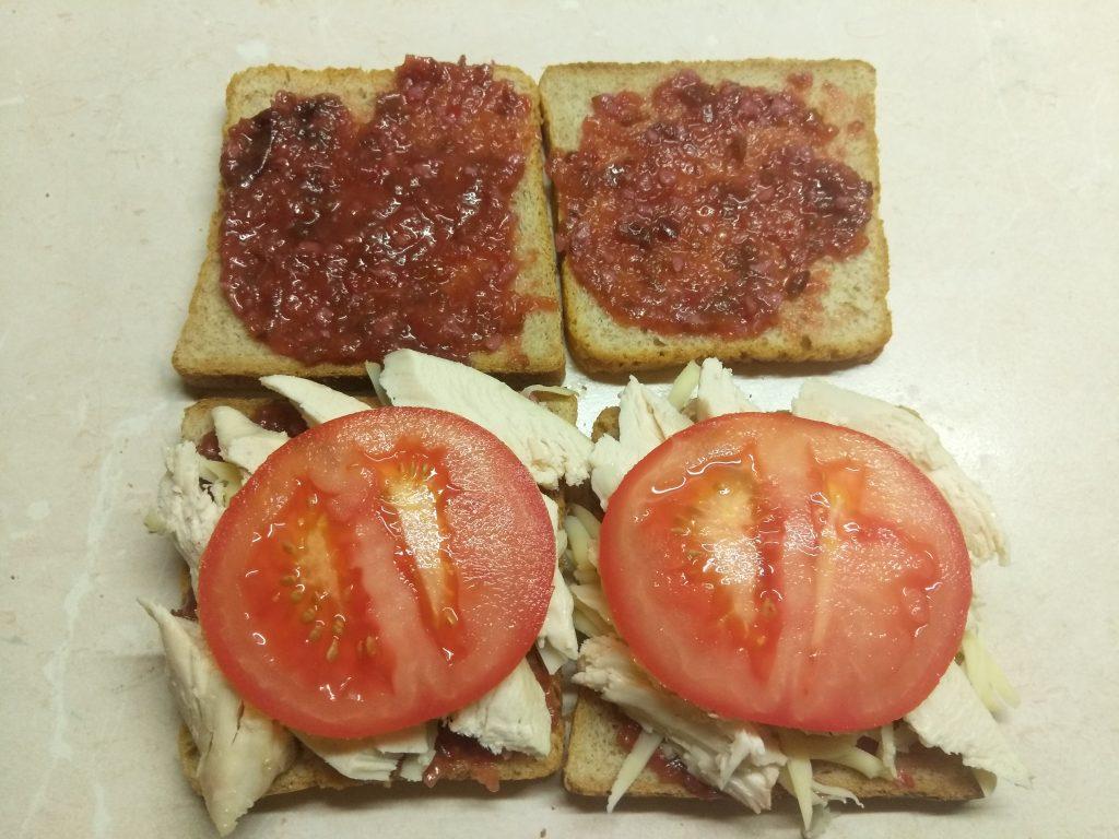 Фото рецепта - Сэндвич с куриным филе, помидорами и двумя видами сыра - шаг 4
