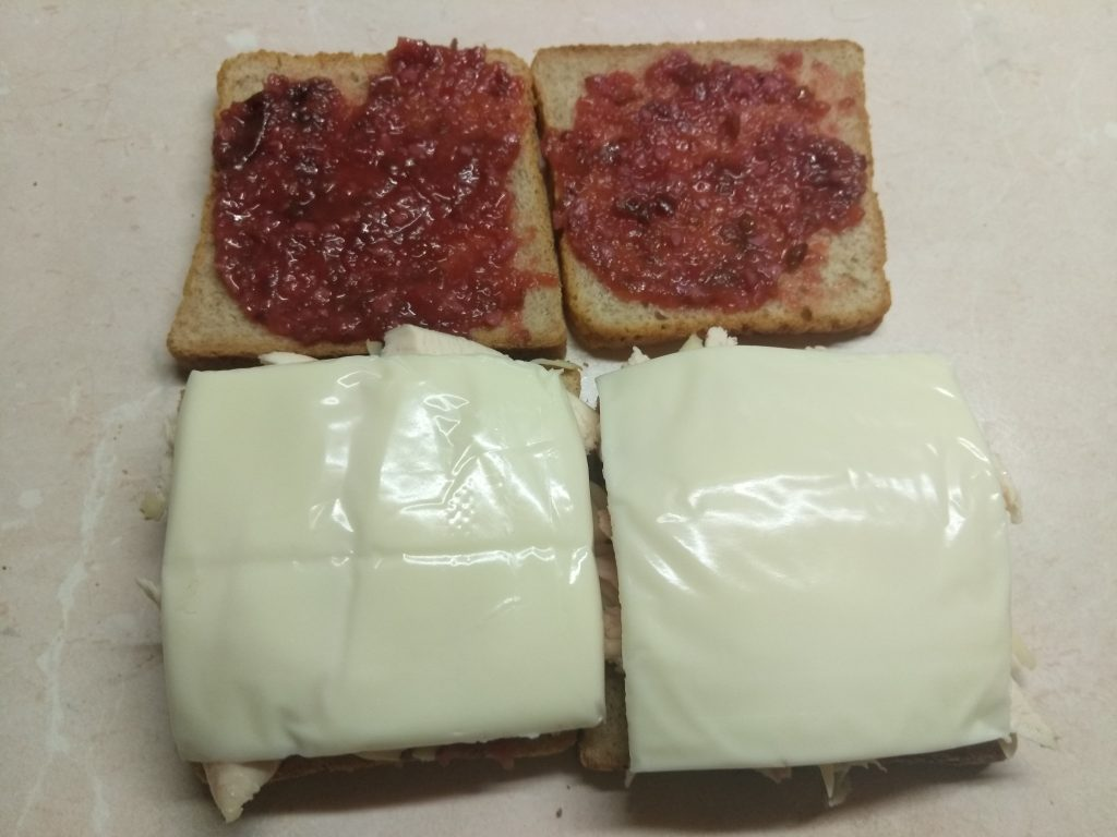 Фото рецепта - Сэндвич с куриным филе, помидорами и двумя видами сыра - шаг 5