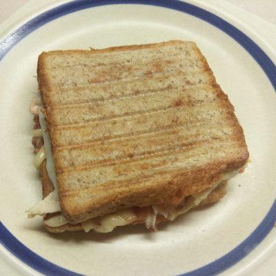 Фото рецепта - Сэндвич с куриным филе, помидорами и двумя видами сыра - шаг 7