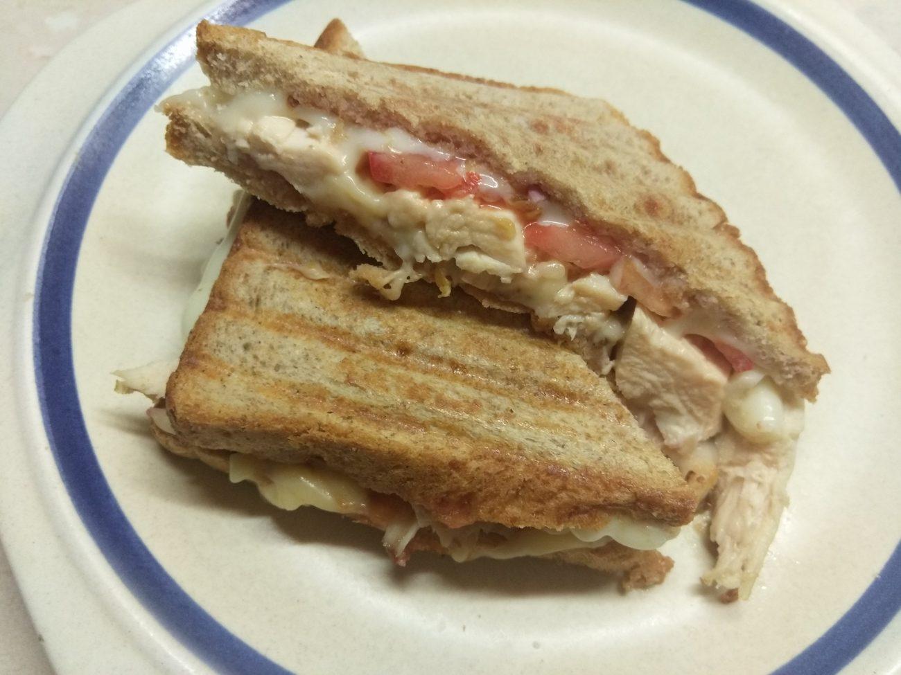 Сэндвич с куриным филе, помидорами и двумя видами сыра
