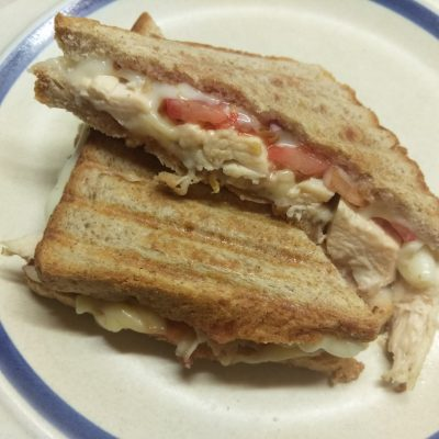 Сэндвич с куриным филе, помидорами и двумя видами сыра - рецепт с фото