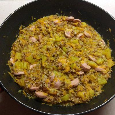Фото рецепта - Гречневая каша, тушеная с тыквой и сосисками - шаг 7