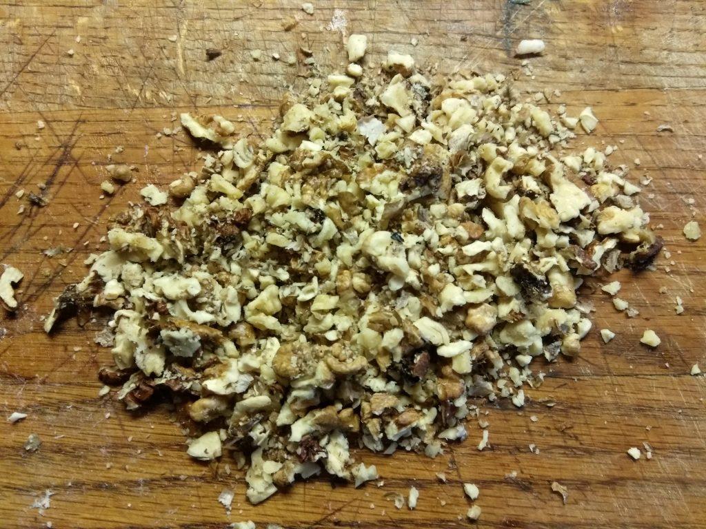 Фото рецепта - Салат из свеклы, куриного филе и грецких орехов - шаг 3