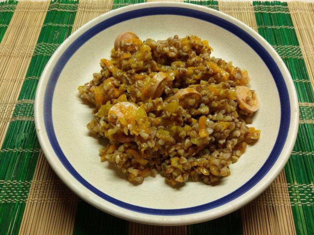 Фото рецепта - Гречневая каша, тушеная с тыквой и сосисками - шаг 8