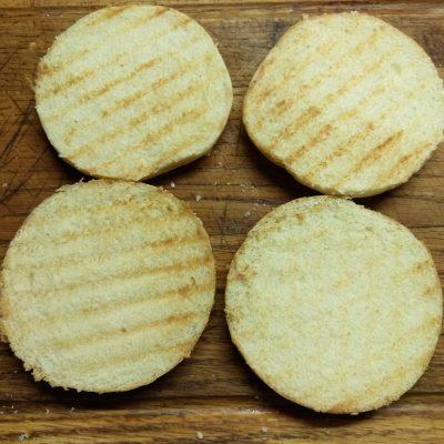 Фото рецепта - Гамбургеры с голубым сыром, помидорами и белым соусом - шаг 1