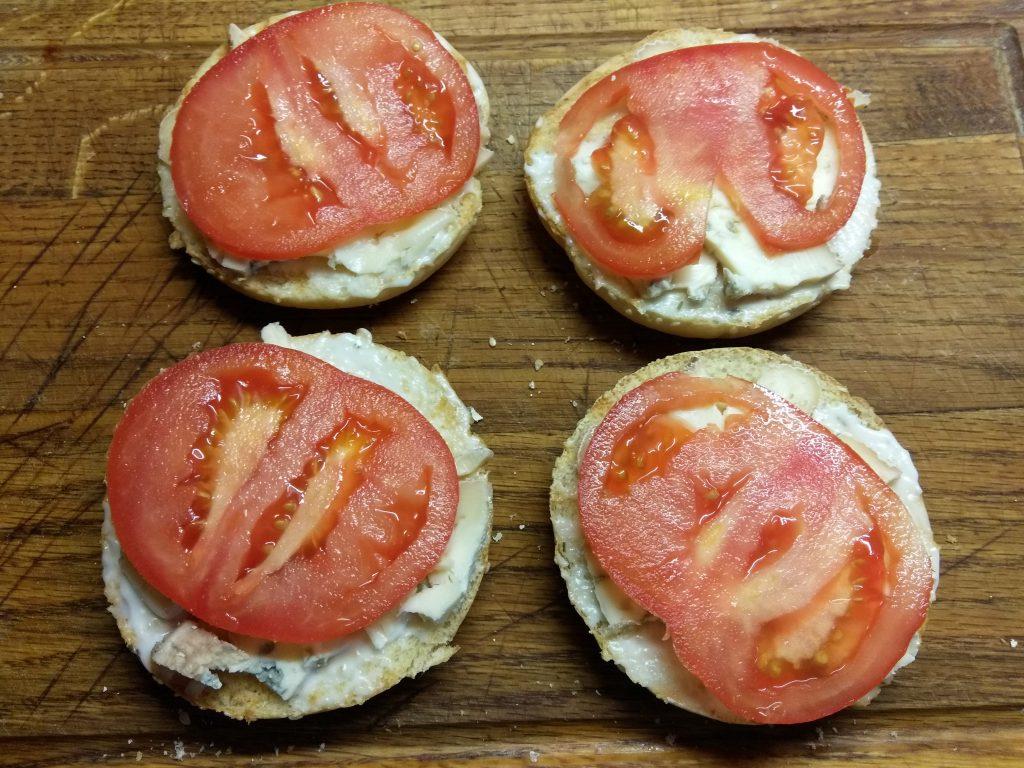 Фото рецепта - Гамбургеры с голубым сыром, помидорами и белым соусом - шаг 4