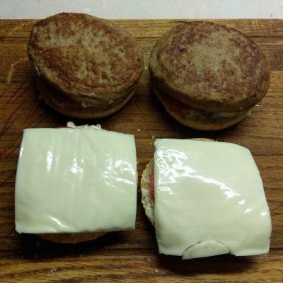 Фото рецепта - Гамбургеры с голубым сыром, помидорами и белым соусом - шаг 6