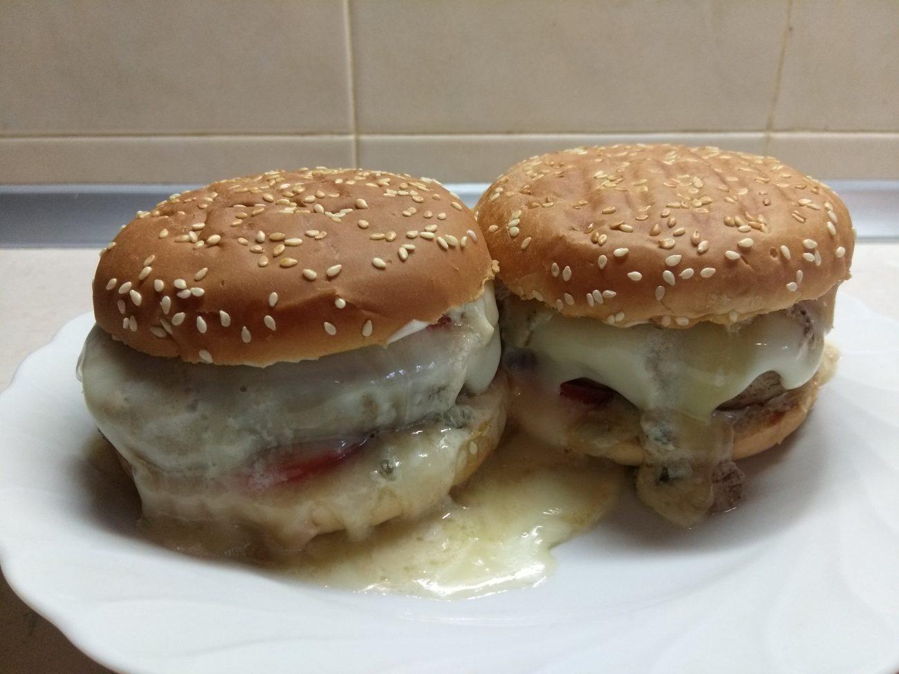 Гамбургеры с голубым сыром, помидорами и белым соусом