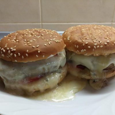 Гамбургеры с голубым сыром, помидорами и белым соусом - рецепт с фото