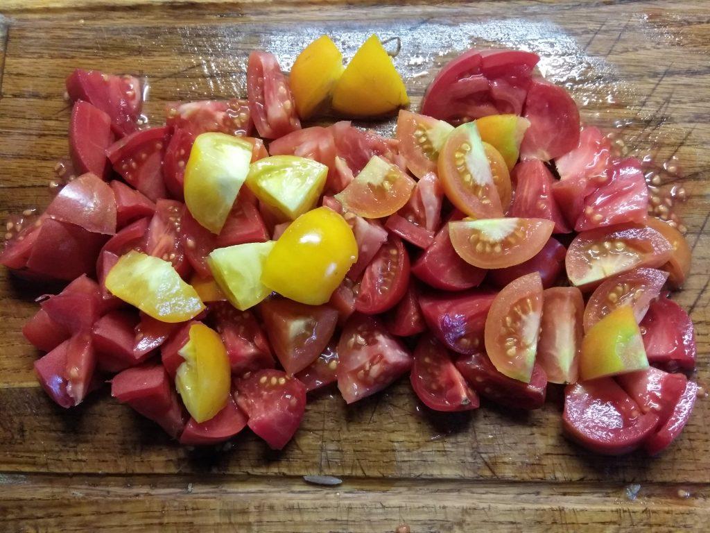 Фото рецепта - Салат из помидоров, маринованного лука и тунца - шаг 2