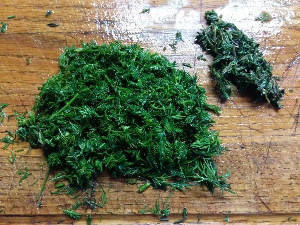 Фото рецепта - Салат из помидоров, маринованного лука и тунца - шаг 3