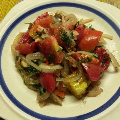 Фото рецепта - Салат из помидоров, маринованного лука и тунца - шаг 5