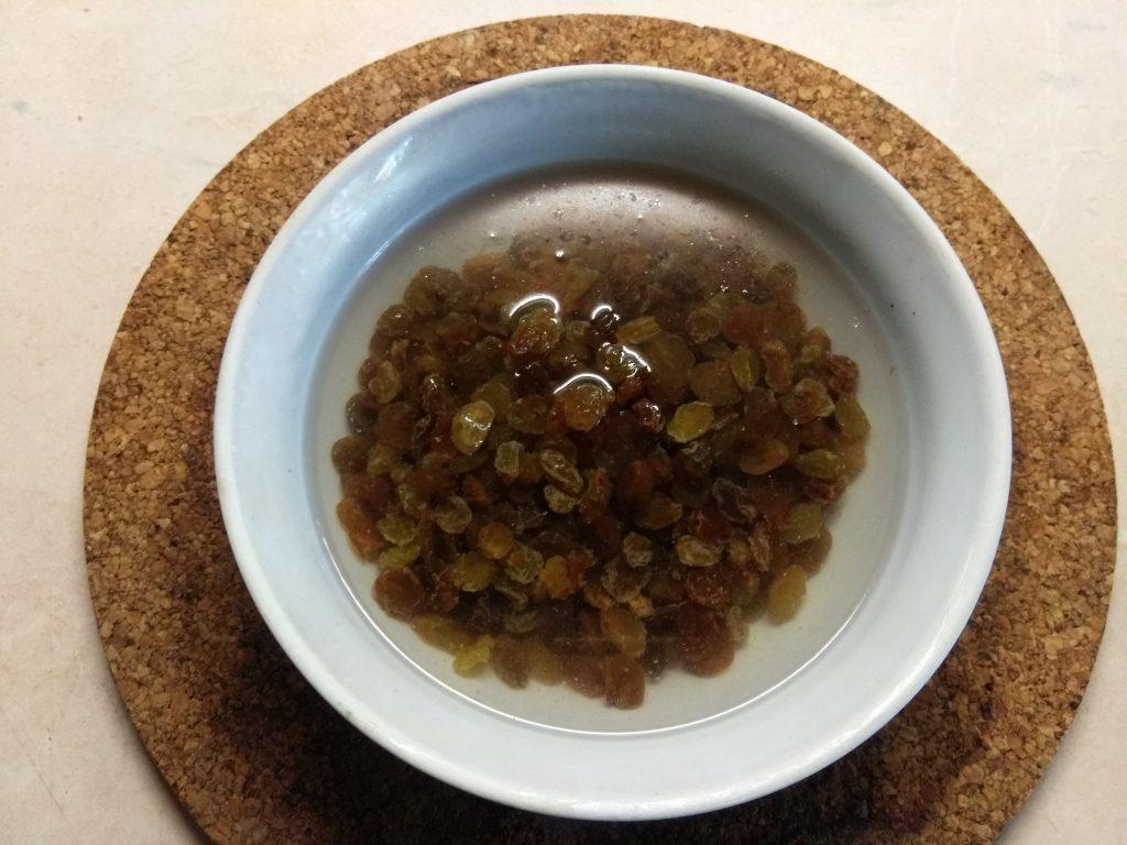 Фото рецепта - Конфеты из изюма и грецкого ореха - шаг 1