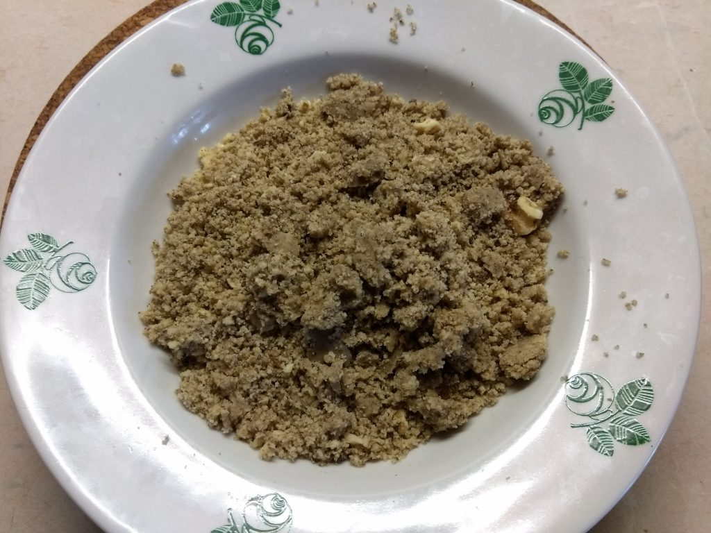 Фото рецепта - Конфеты из изюма и грецкого ореха - шаг 2