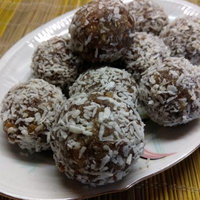 Фото рецепта - Конфеты из изюма и грецкого ореха - шаг 5