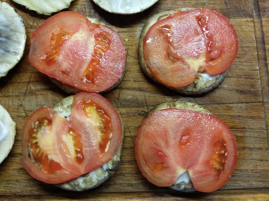 Фото рецепта - Гамбургеры из шампиньонов с помидорами, свиной котлетой и сыром - шаг 3