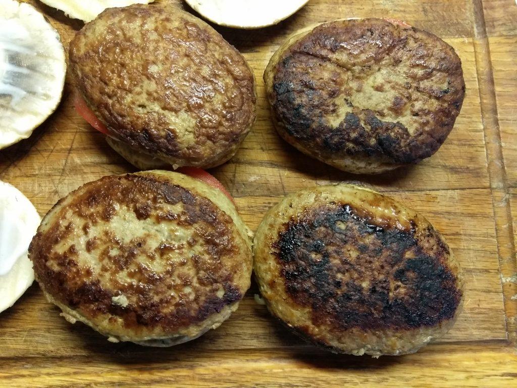 Фото рецепта - Гамбургеры из шампиньонов с помидорами, свиной котлетой и сыром - шаг 4