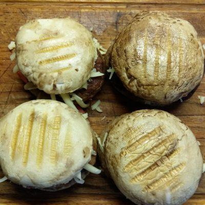Фото рецепта - Гамбургеры из шампиньонов с помидорами, свиной котлетой и сыром - шаг 5