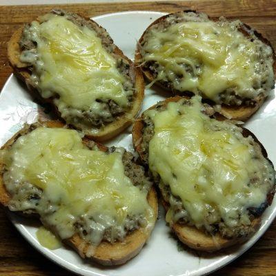 Горячие бутерброды с сардинами - рецепт с фото
