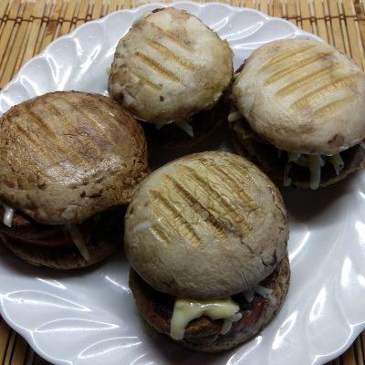 Фото рецепта - Гамбургеры из шампиньонов с помидорами, свиной котлетой и сыром - шаг 6