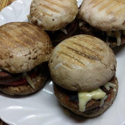 Гамбургеры из шампиньонов с помидорами, свиной котлетой и сыром - рецепт с фото
