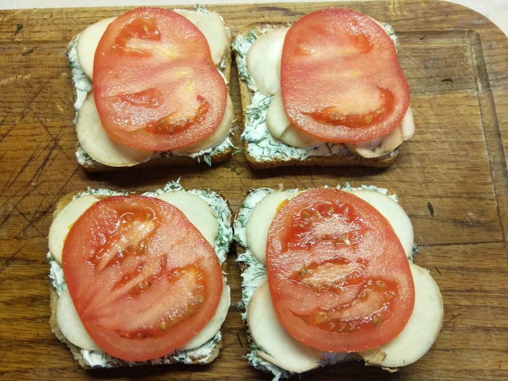 Фото рецепта - Горячие бутерброды с балыком и грибами - шаг 4