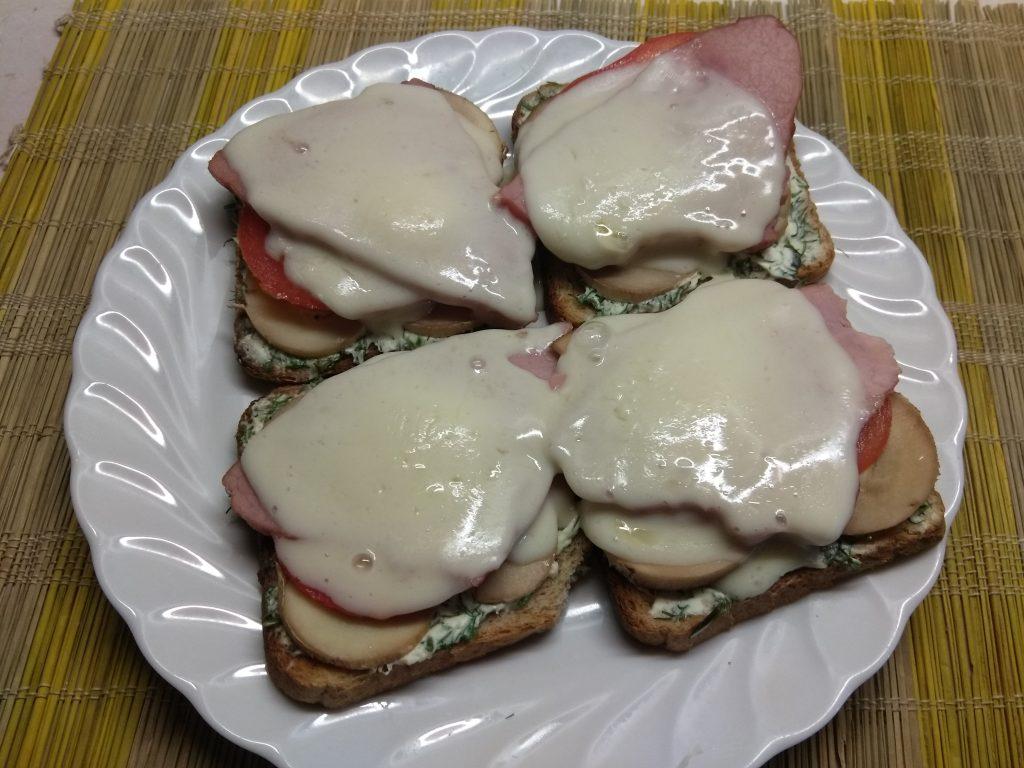 Фото рецепта - Горячие бутерброды с балыком и грибами - шаг 6