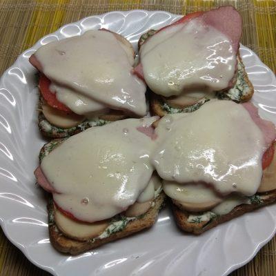 Горячие бутерброды с балыком и грибами - рецепт с фото