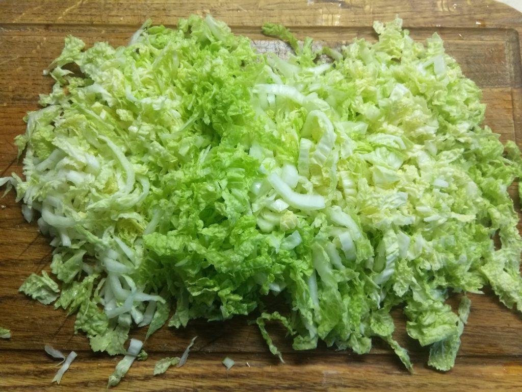 Фото рецепта - Салат из пекинской капусты, крабовых палочек, кукурузы и сулугуни - шаг 1