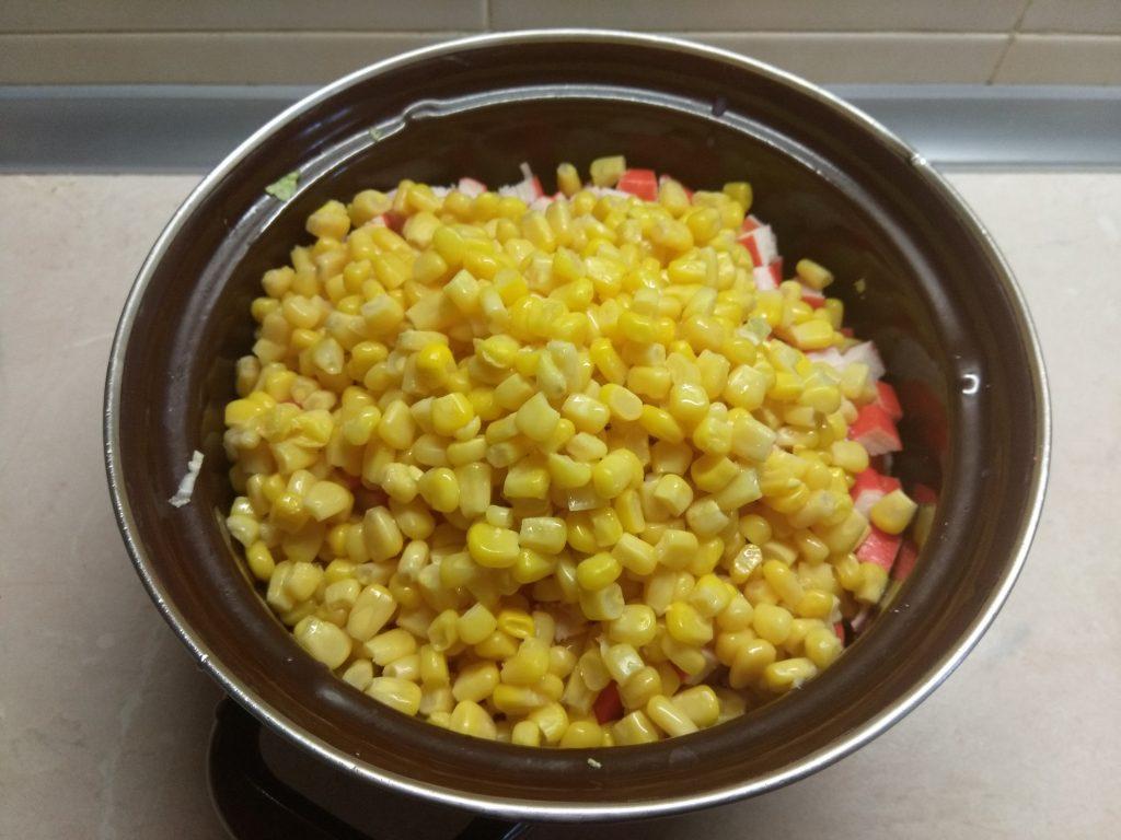 Фото рецепта - Салат из пекинской капусты, крабовых палочек, кукурузы и сулугуни - шаг 5