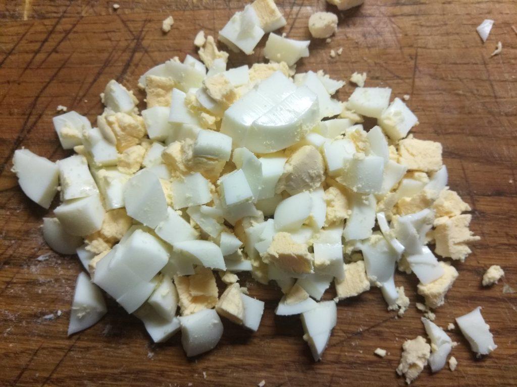 Фото рецепта - Салат из пекинской капусты, крабовых палочек, кукурузы и сулугуни - шаг 3