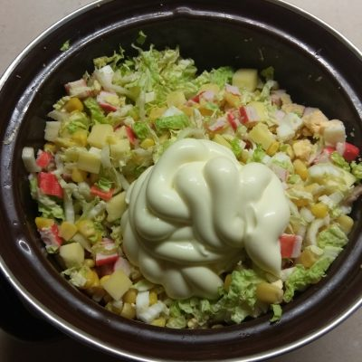 Фото рецепта - Салат из пекинской капусты, крабовых палочек, кукурузы и сулугуни - шаг 6
