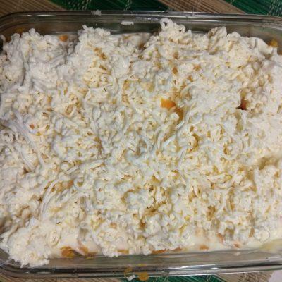 Фото рецепта - Слоеный салат из печени трески под шубой из овощей - шаг 6