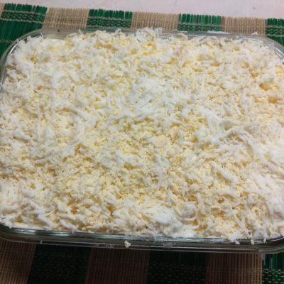 Фото рецепта - Слоеный салат из печени трески под шубой из овощей - шаг 7