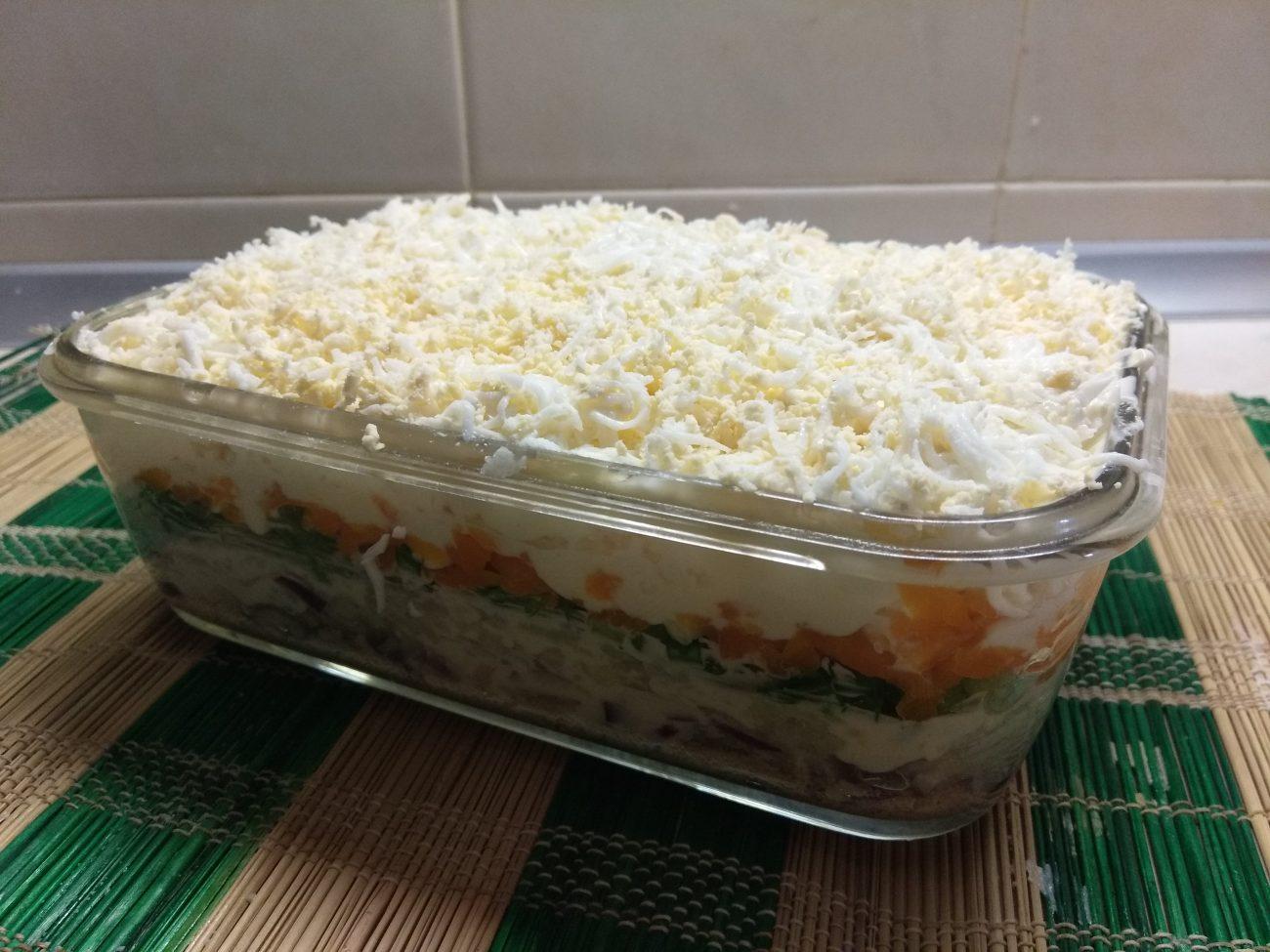 Слоеный салат из печени трески под шубой из овощей