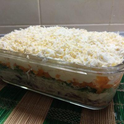 Слоеный салат из печени трески под шубой из овощей - рецепт с фото
