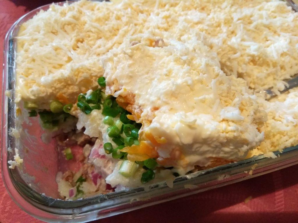 Фото рецепта - Слоеный салат из печени трески под шубой из овощей - шаг 8